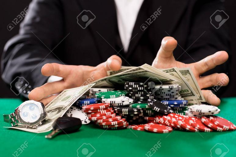 Mann gewinnt im online casino geld verdienen